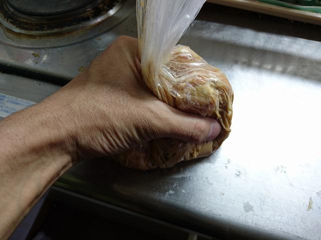 鶏肉と調味料を混ぜ合わせる