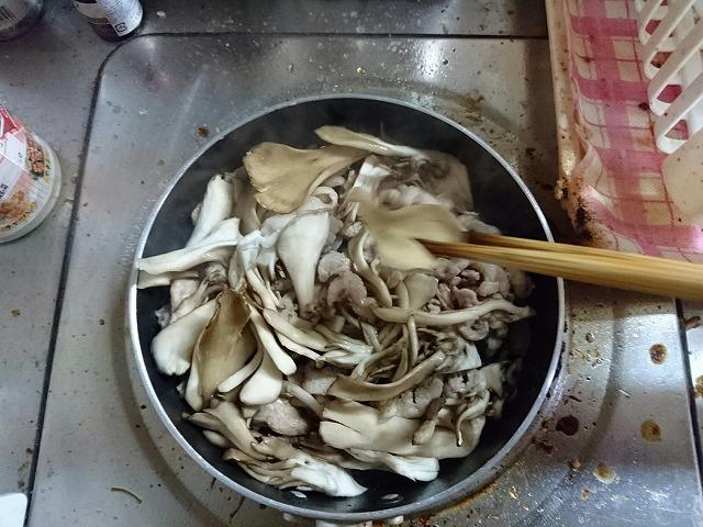 豚肉と舞茸を炒める