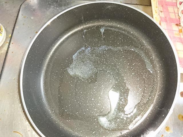 フライパンにバターを投入