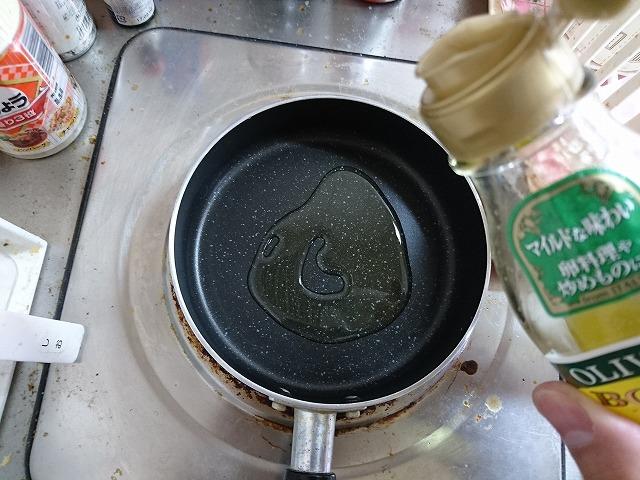 フライパンにオリーブオイルを入れて熱する
